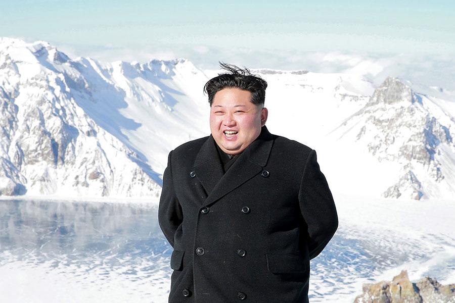 圖為朝中社12月9日發佈的一張圖片中,顯示金正恩到訪了中朝邊境的白頭山(長白山)。(AFP/Getty Images)