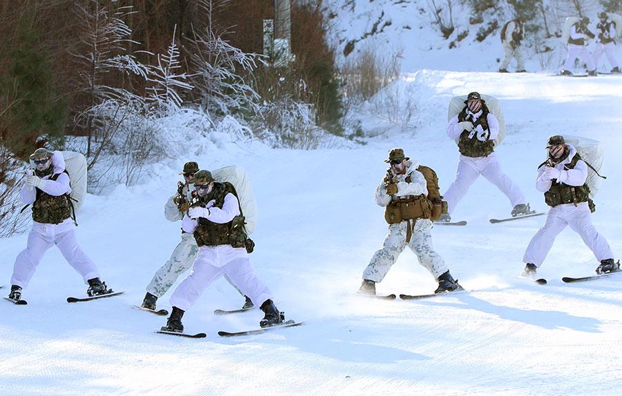 2017年12月19日,美國和南韓的海軍陸戰隊員進行年度冬訓。(YONHAP/AFP)