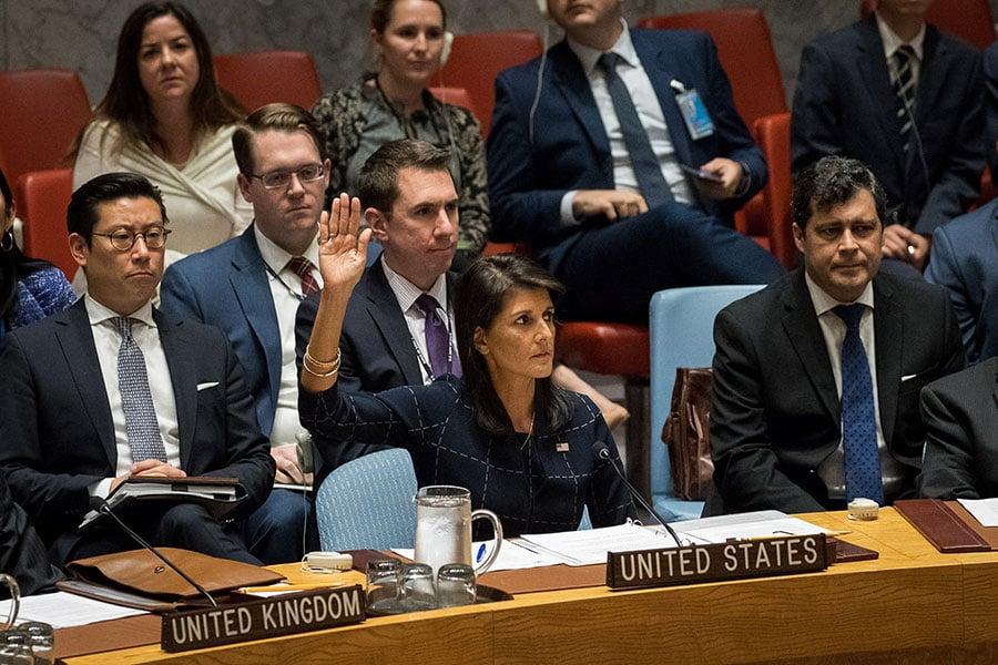 美國外交官員於2017年12月19日透露,美國提交一份最新的對北韓更嚴厲制裁的草案給安理會及中共官員,希望中共能與他國達成共識並盡速表決通過議案。本圖為9月11日,安理會成員國代表一致通過對北韓執行禁油令制裁。(Drew Angerer/Getty Images)