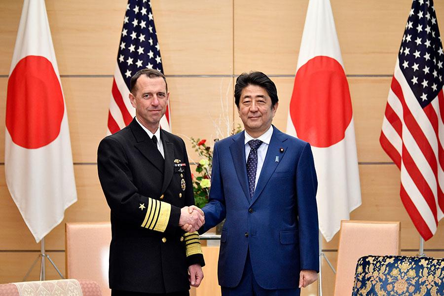 美國海軍作戰部長約翰.理查森在日本訪問時表示,美軍可能調派海軍第三艦隊軍事力量到亞洲,加強美軍第七艦隊的實力。圖為12月18日理查森(左)在東京會晤日本首相安倍晉三。(FRANCK ROBICHON/AFP/Getty Images)