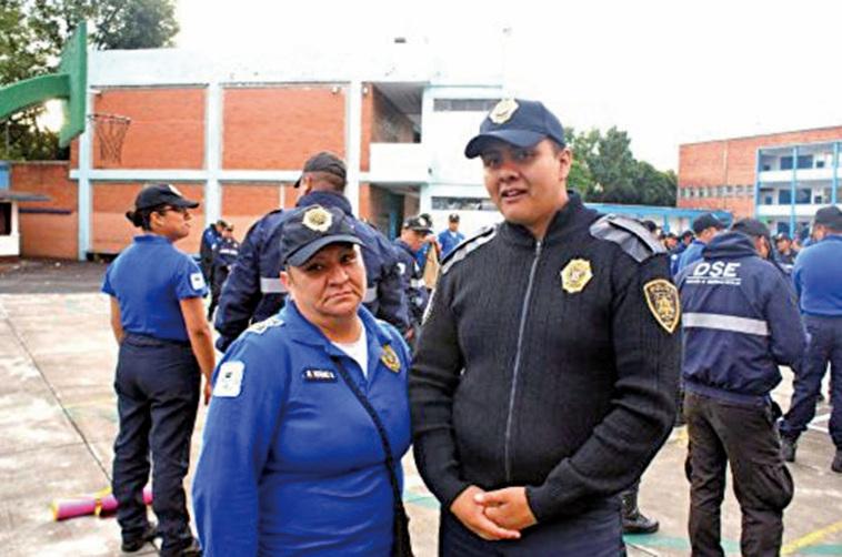 墨西哥市警察亞德里安葛爾克法(右)表示,「感覺身體變輕了。」(明慧網)