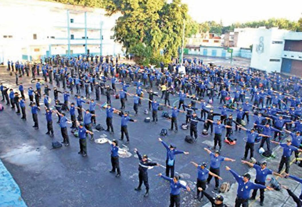 墨西哥六百多名負責校園安全的警察學習法輪功功法。(明慧網)