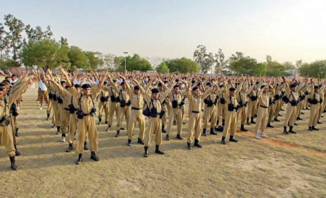 107印度德里警察訓練大學上千學生現場學煉法輪功。(明慧網)