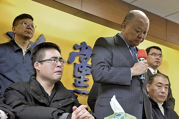 新黨青年軍19日遭搜索約談,新黨20日上午召開記者會說明,王炳忠(前左)情緒激動。(中央社)
