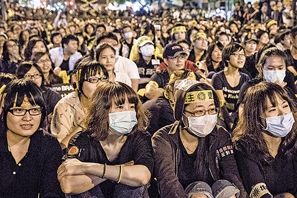 台灣太陽花學運期間,王炳忠曾大力反對。他也與立場親共的統促黨、愛同會親近。圖為太陽花學運期間台灣民眾靜坐抗議。(大紀元資料圖片)