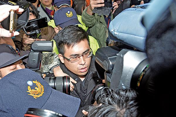 新黨發言人王炳忠(圖)被調查局人員帶出住處,而後直接帶往調查站。(中央社)