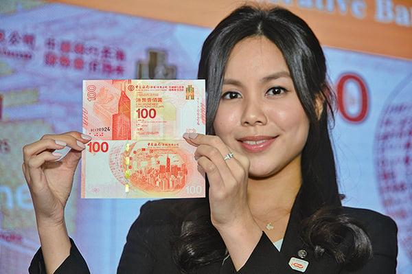 中銀香港發行「百年華誕紀念鈔」面值100元,分單張、3連張及30連張,售價分別為288元、988元及13,888元,總發行量500萬張。(宋碧龍/大紀元)