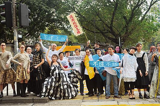 欽州街小販市場清拆在即,有市民以市場售賣布料製作衣物舉辦時裝活動,呼籲保育。(宋祥龍/大紀元)