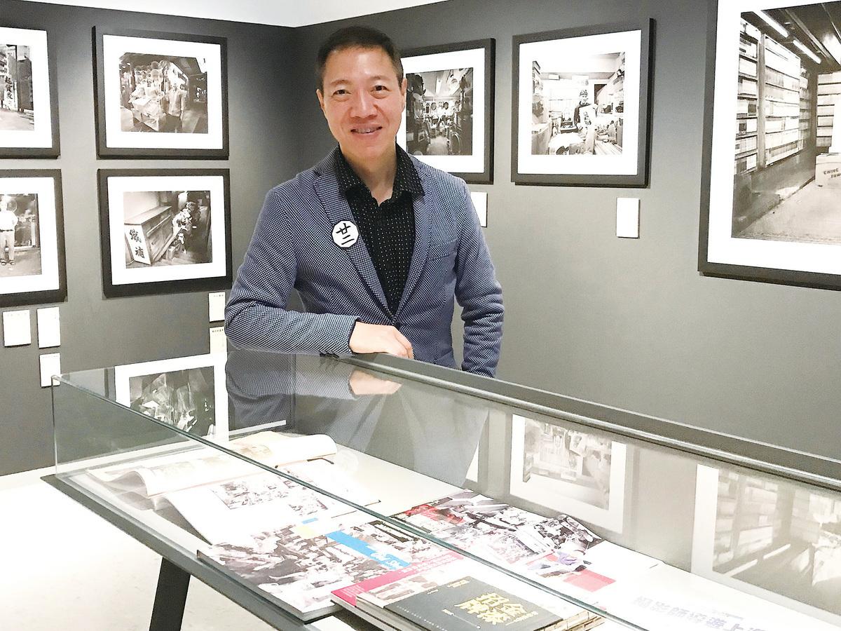 吳文正在展覽現場。
