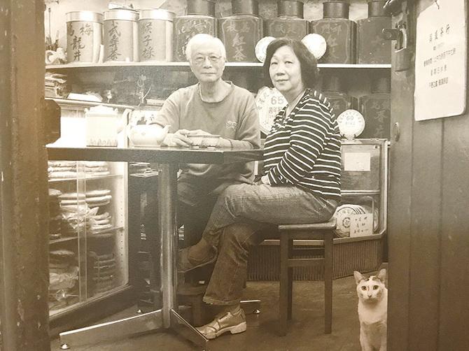 吳文正的每一張照片都充滿濃濃的人情味。代表著舊時的香港情懷。(翻攝自《金漆招牌——街坊老店攝影展覽》)