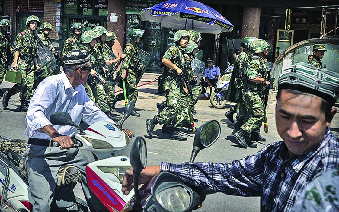 在沒有審判的情況下,成千上萬的維吾爾人被送入秘密集中營。(Getty Images)