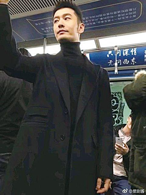 黃曉明在地鐵車廂被「捕獲」。(網路圖片)