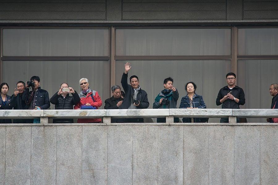 圖為一群遊客到訪兩韓邊界的板門店,從北韓方望向南韓方。圖片攝於今年10月12日。(AFP/Getty Images)
