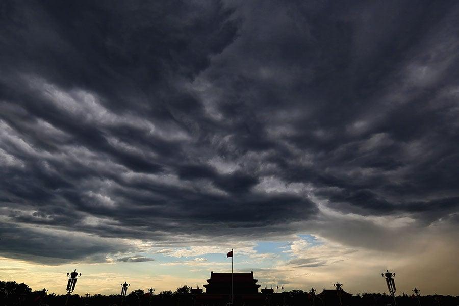 港媒披露,中共高層的修憲建議稿正式公佈前,絕大多數中共副部級官員多不知情。圖為烏雲壓頂的北京天安門。(Feng Li/Getty Images)