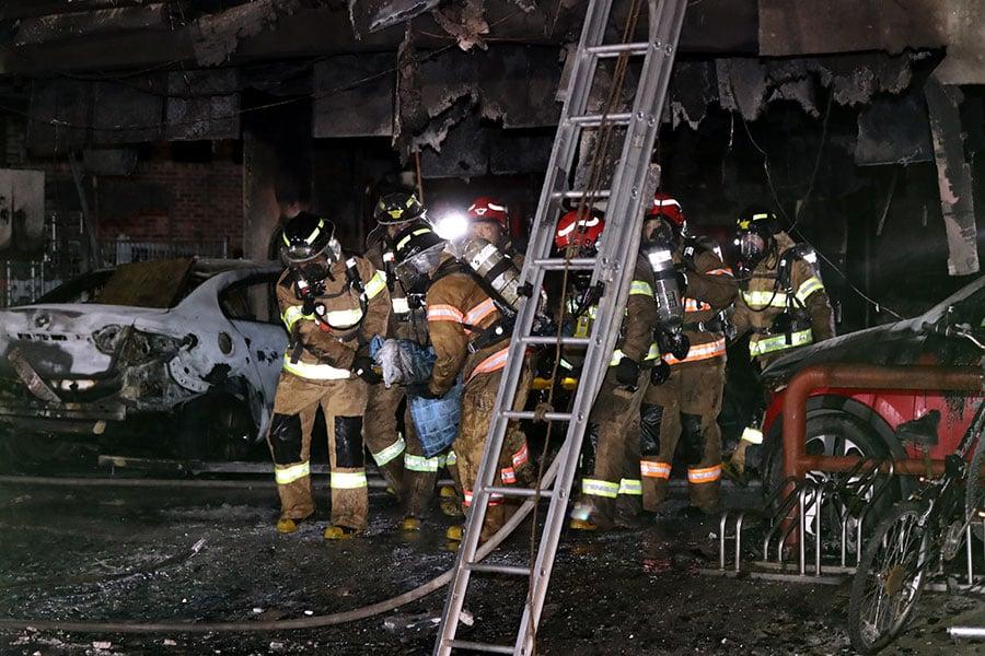 當局派動50輛消防車、60名消防隊員和2架直升機搶救。(Choi Hyeok-Jung/Donga Daily via Getty Images)