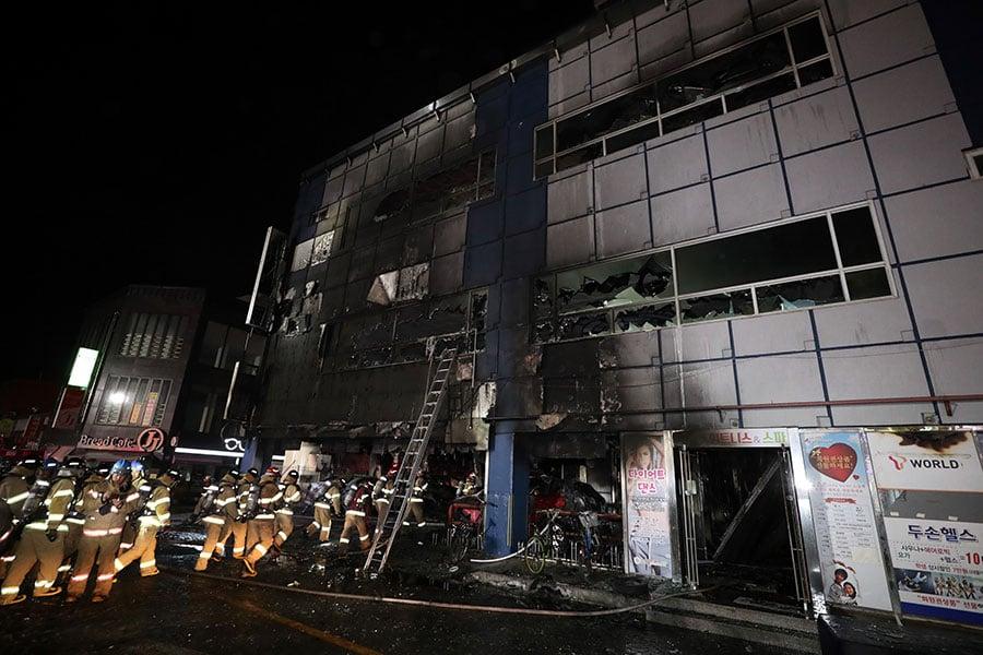 周四(12月21日),在南韓風景秀麗的城市堤川(Jecheon)一棟八層健身中心發生火災,造成至少29人死亡,逾20傷。(Choi Hyeok-Jung/Donga Daily via Getty Images)