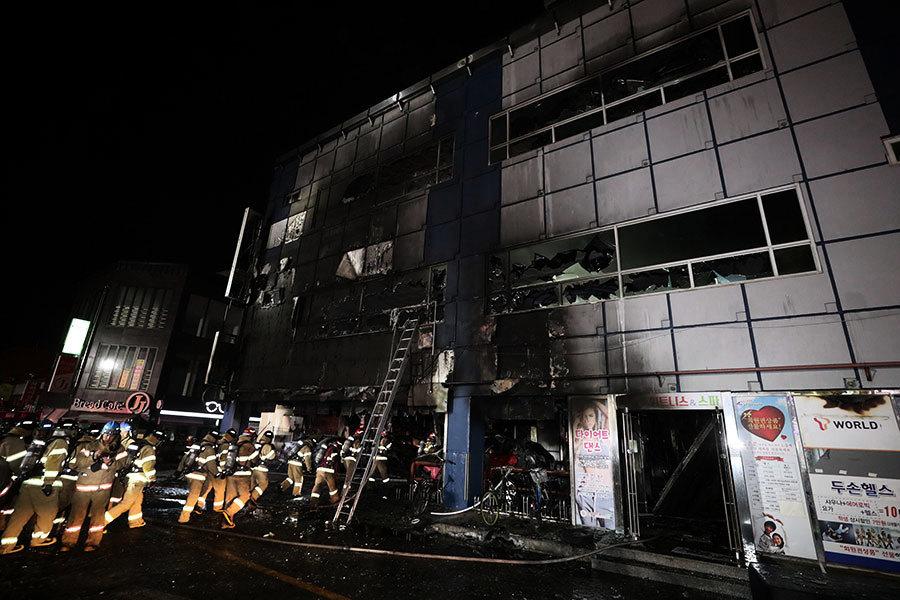 南韓健身大樓大火至少29死 民眾跳樓逃生