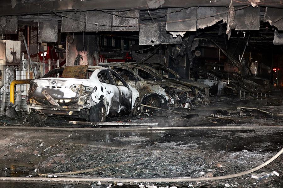 大火在當地時間周四下午4點開始燃燒,很快吞噬這棟八層的大樓,造成多人被困樓內。(Choi Hyeok-Jung/Donga Daily via Getty Images)