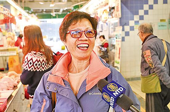 市民黎小姐打算打邊爐「過冬」,她指雞價雖較平日貴了點,但冬至是重要傳統節日,不會計較。(余鋼/大紀元)