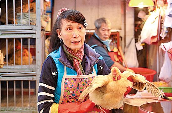 雞檔老闆玲姐指,冬至是大節日,很多人來買雞拜神,並提早幾日下訂。(余鋼/大紀元)