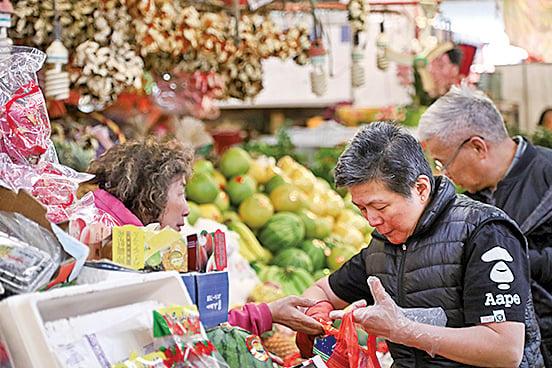 市民喜歡買柚、柑,既可拜神,又取其諧音「金」,有好兆頭。(余鋼/大紀元)