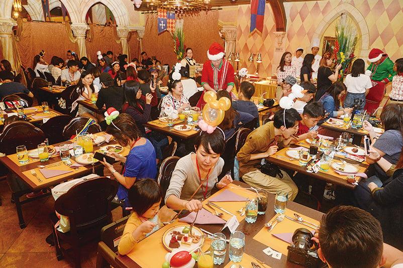 樂園首次舉行「大街火車站甜蜜聖誕派對」,推出超過70款特色聖誕主題美食甜點及精選餐飲,供賓客品嚐。(宋碧龍/大紀元)