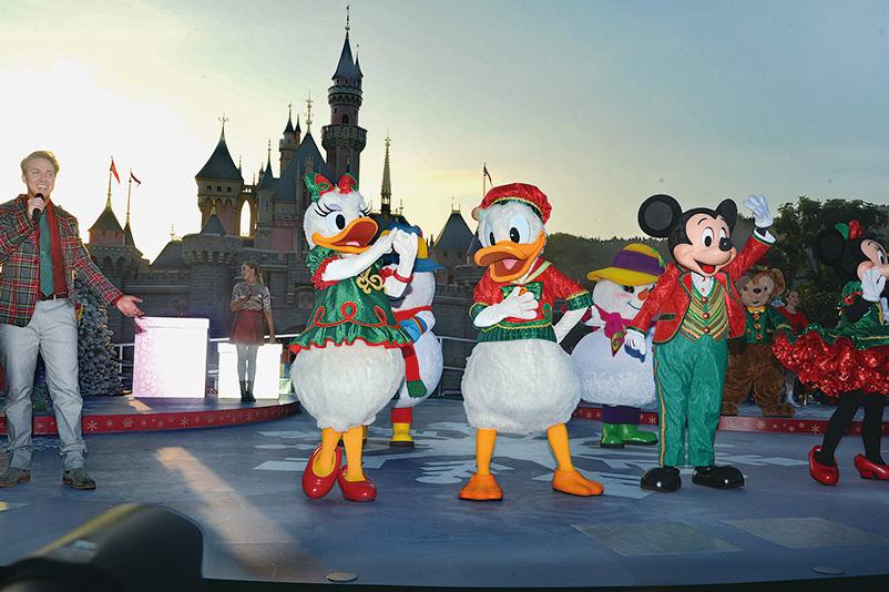 「米奇與好友聖誕舞會」每日於睡公主城堡前上演。(宋碧龍/大紀元)