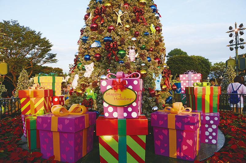 必不可少的聖誕樹聳立迪士尼。(宋碧龍/大紀元)
