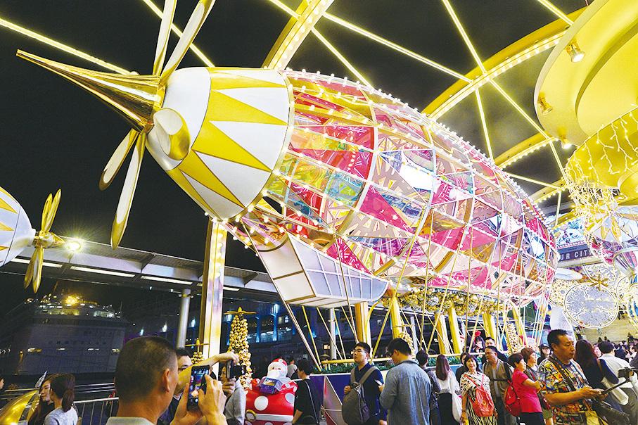 海港城聖誕燈飾包括三艘巨型飛船,帶你進入「天空之城」。(宋碧龍/大紀元)