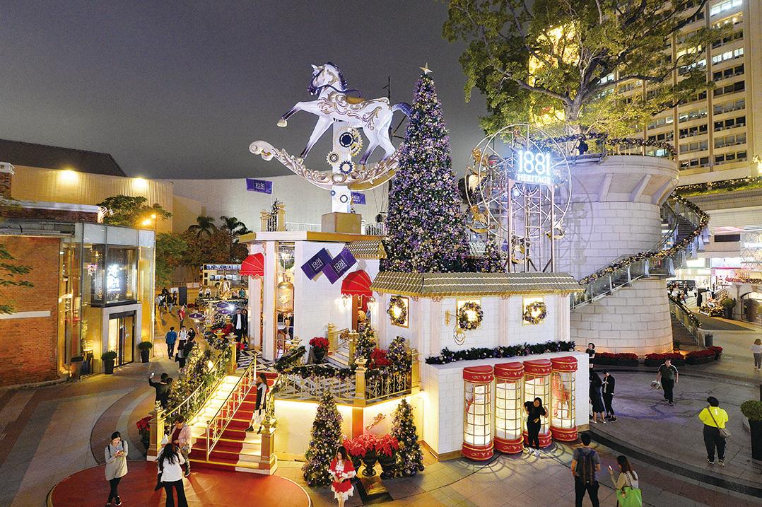 1881 Heritage以會轉動的白馬為主角,到處放滿紫色聖誕樹,還有模仿英國宮廷式建築,美輪美奐。(宋碧龍/大紀元)