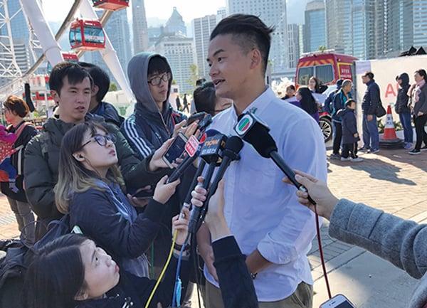 綠色和平項目主任朱江就延誤摩天輪開放向市民和旅客道歉。(王文君/大紀元)