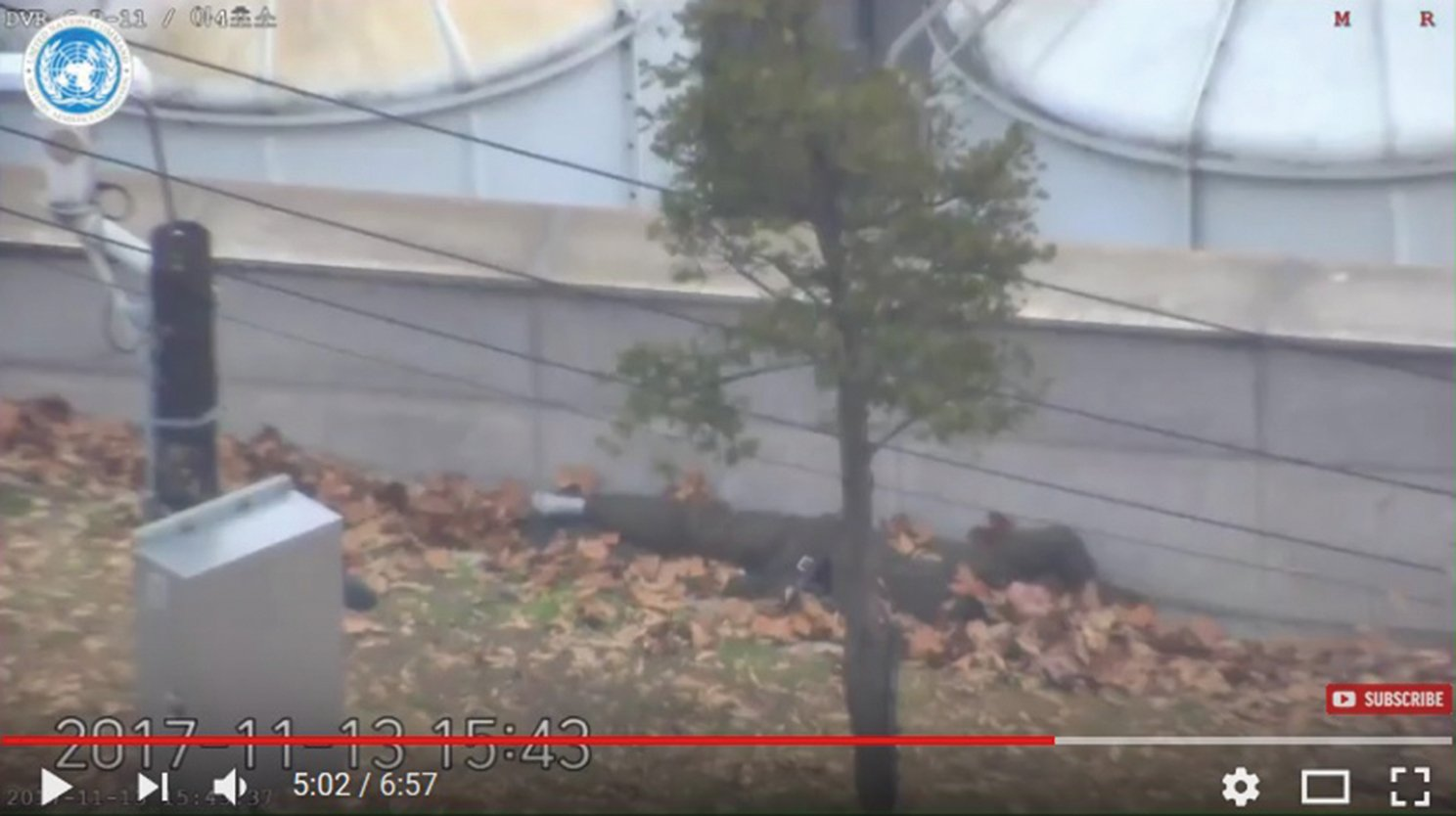 南韓軍方表示,一名北韓士兵在12月21日早上越過邊境,向南韓投誠。圖為11月13日在板門店投誠的另一名吳姓北韓士兵,他因遭同袍開槍射擊而倒臥地面。(影片擷圖)