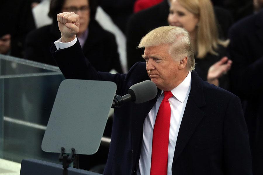 2017年1月20日,特朗普正式宣誓成為第45任美國總統。當天他在就職演說中開宗明義地說:「今天將權力從華府交還給你們--美國人民。」(Chip Somodevilla/Getty Images)