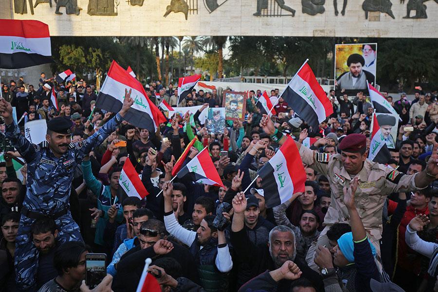 伊拉克人民揮舞國旗,慶祝結束與ISIS的戰爭。(AHMAD AL-RUBAYE/AFP/Getty Images)