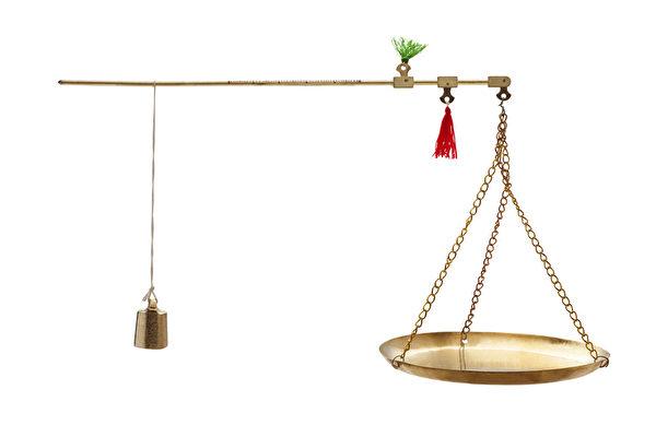 斗秤要公平,做買賣的要公平合理,把心擺正,不可以貪便宜來損人利己。(Fotolia)