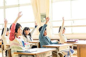 日本學生回答提問  先將椅子推進桌下