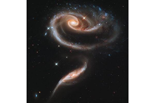兩星系交互作用 形成太空中的玫瑰花