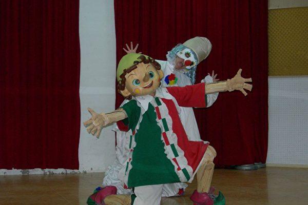 圖為日本飛行劇團「木偶奇遇記」在記者會上現場秀一首歌舞,吸引許多幼兒園小朋友觀賞。(李芳如/大紀元)