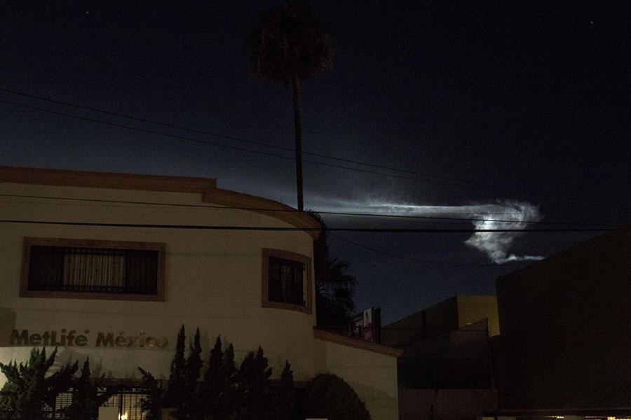 美國當地時間周五晚,美國加州上空一道亮光閃爍,宛若一場壯觀的夕陽天空秀,引發目擊者在社交媒體上討論UFO和外星人入侵。(GUILLERMO ARIAS/AFP/Getty Images)