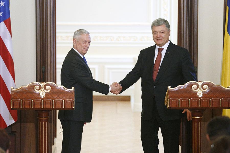 美擬首次對烏克蘭出售反坦克等致命性武器,外界認為這可能會加劇美、俄之間的緊張關係。圖為美國國防部長馬蒂斯(James Mattis,左)8月24日訪問烏克蘭,與烏克蘭總統波羅申科(Petro Poroshenko)出席新聞發佈會。(ANATOLII STEPANOV/AFP/Getty Images)