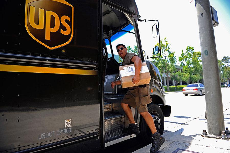 受美國經濟提升、失業率降低及新減稅法案的利好影響,美國人今年的節日消費熱情異常高漲,使得快遞公司UPS的送貨服務幾乎忙不過來。他們決定讓自己的會計和銷售經理也穿上制服,加入遞送大軍。(Kevork Djansezian/Getty Images)
