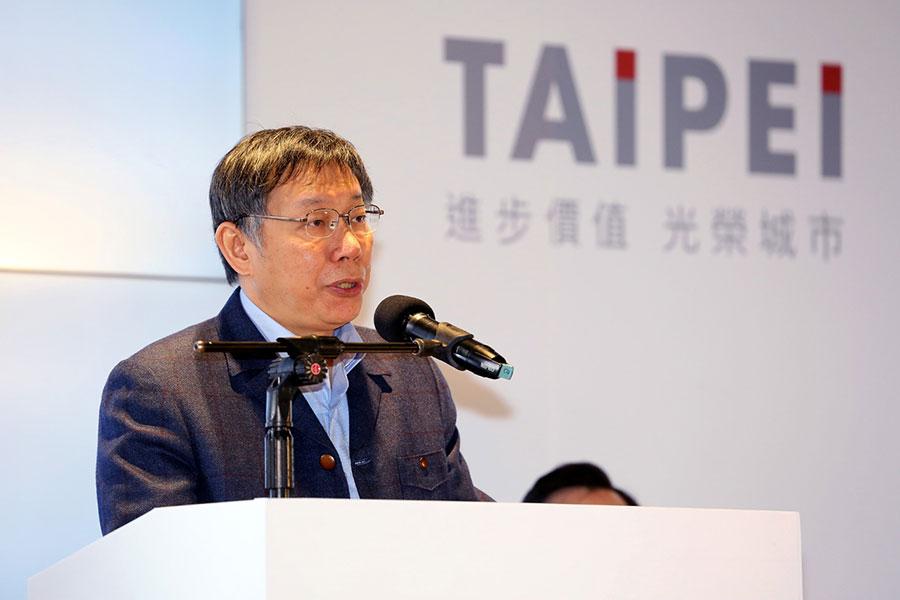 台北市長柯文哲12月25日在台北南港四鐵共構大廳主持市長就職三周年記者會。(台北市政府)