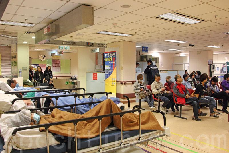 聖誕節期間公立醫院內科病床使用率持續爆滿,醫管局公佈25日公院的整體內科病床使用率高達108%。(大紀元資料圖片)