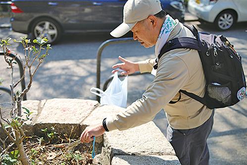 郊野公園義工義務協助執拾垃圾。