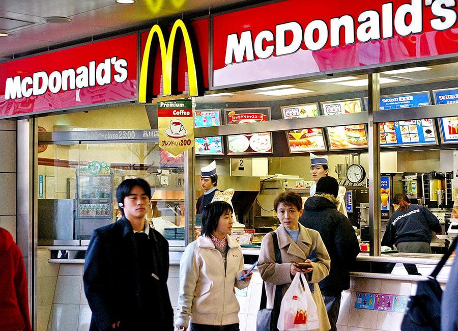 日本麥當勞社長卡薩諾瓦表示,是因為幫員工加薪,才讓公司起死回生。圖為日本民眾在麥當勞消費。(YOSHIKATSU TSUNO/AFP/Getty Images)