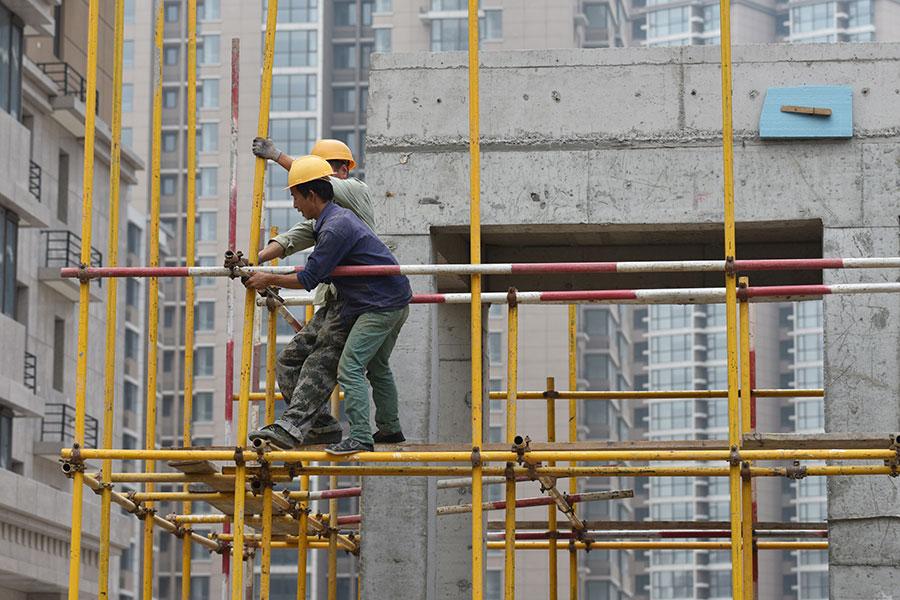 中共官方日前公佈2017年GDP增長6.9%,但許多中國觀察家都確信中國的GDP遠低於官方的數據。圖為2017年北京一處建築工地。(GREG BAKER/AFP/Getty Images)