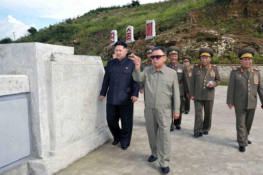 研究指稱,北韓領導人金正恩與其父親金正日在處理核武議題上有所不同。圖為金正日父子。(KNS/KCNA/AFP)