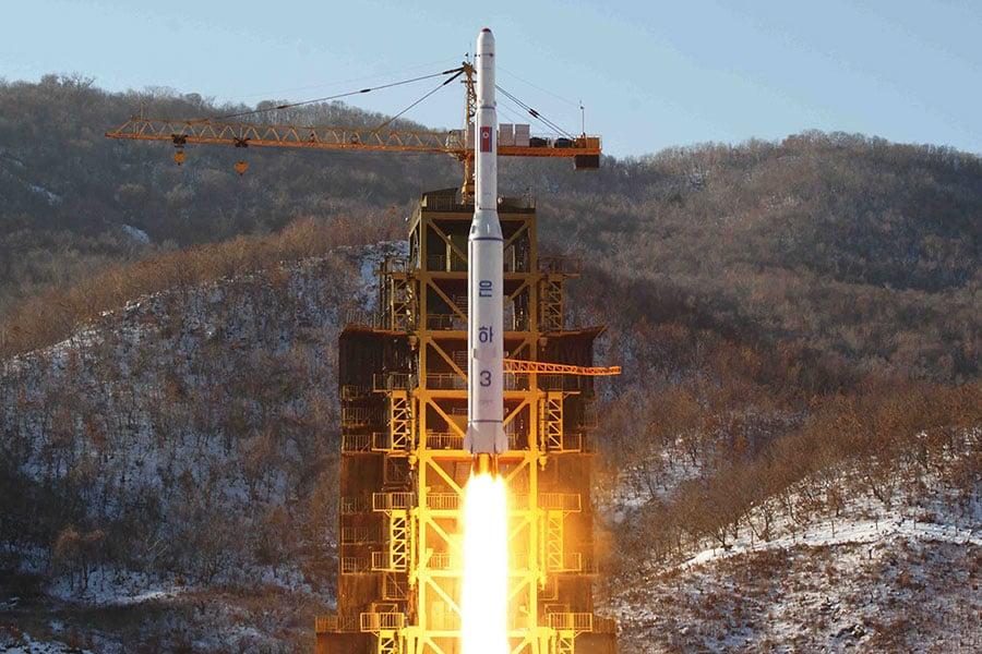 南韓媒體報道說,北韓準備發射人造衛星,或是藉此發射遠程導彈。圖為北韓於2012年12月12日發射搭載「光明星3號」衛星的火箭。(KNS/KCNA/AFP)