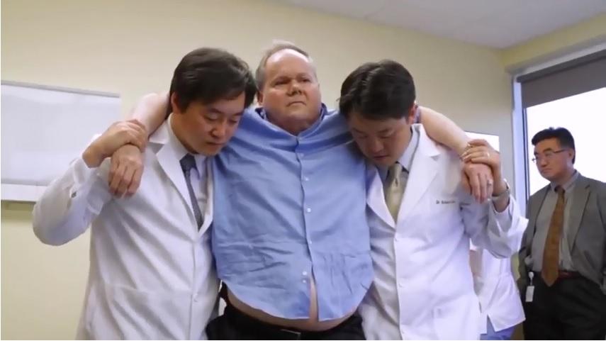 申博士為Harry施以動作針法(MSAT)後在醫療人員協助下開始站起來。