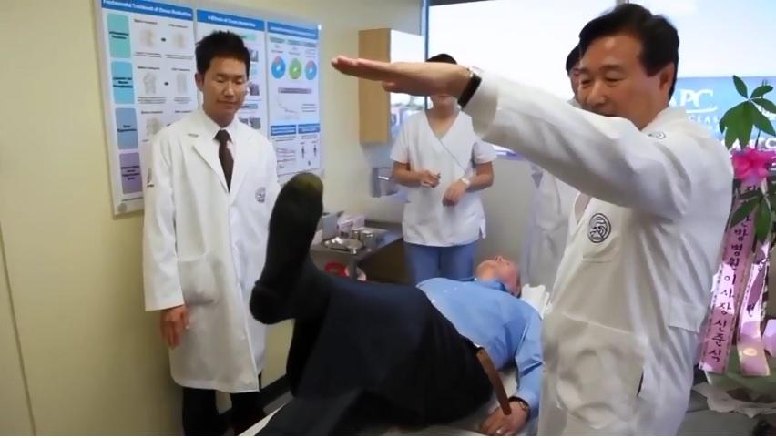 治療前Harry McNamara 右腳無法抬起。